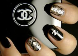 manicure in stile chanel